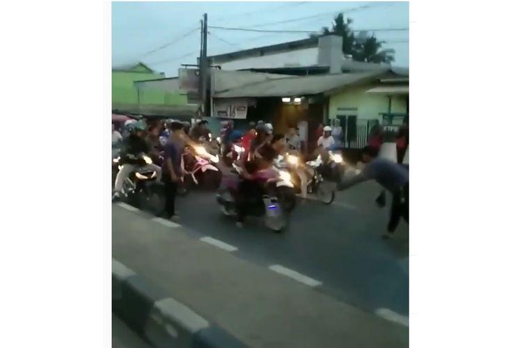 Sekelompok anak muda balapan liar di jalan raya di Tambun, Kabupaten Bekasi.