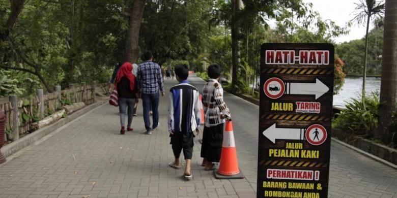 Papan penunjuk arah di Kebun Binatang Gembira Loka, Daerah Istimewa Yogyakarta, Jumat (29/8/2014). Kebun binatang yang memiliki luas sekitar 20 hektar ini menjadi salah satu tempat wisata yang diminati warga.