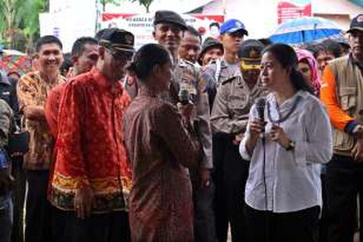 Menko Pembangunan Manusia dan Kebudayaan Puan Maharani saat berdialog dengan warga di Desa Bulasat, Kecamatan Pagai Selatan, ?Kabupaten Kepulauan Mentawai, Sumatera Barat,  Kamis (28/4/2016).