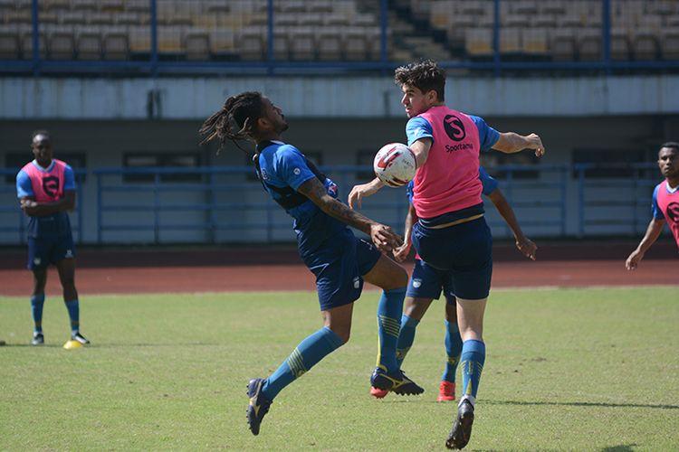 Dua pemain Persib, Wander Luiz (kiri) dan Nick Kuipers (kanan), terlibat duel perebutan bola dalam sesi latihan yang digelar di Stadion GBLA, Kota Bandung, Senin (21/6/2021).