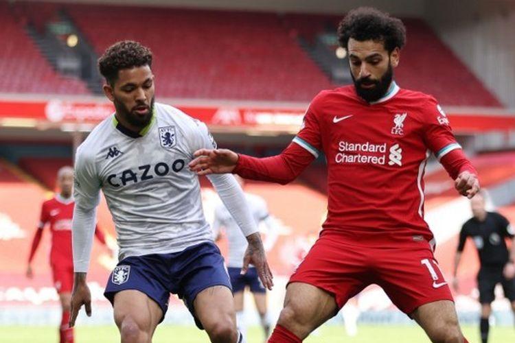 Penyerang Liverpool, Mohamed Salah (kanan) beraksi pada laga lanjutan pekan ke-31 Liga Inggris kontra Aston Villa di Stadion Anfield, Sabtu (10/4/2021) malam WIB.