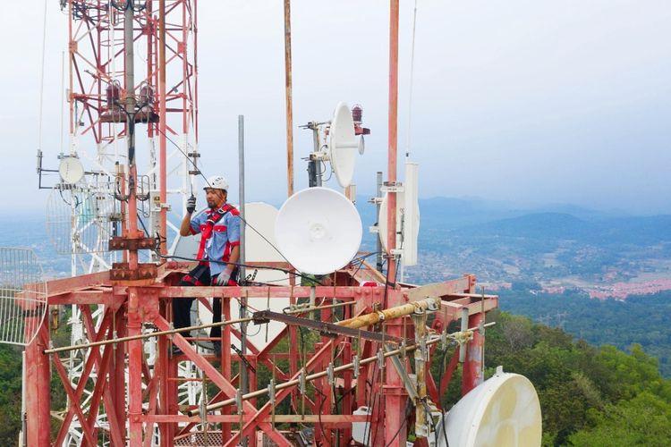 Karyawan PT Telkom Indonesia (Persero) Tbk (Telkom) sedang bekerja di lapangan.