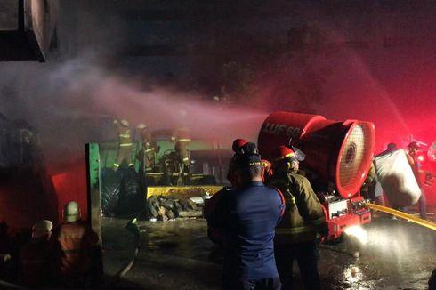 Damkar Kerahkan Robot Pemadam LUF 60 untuk Padamkan Kebakaran di Pasar Minggu