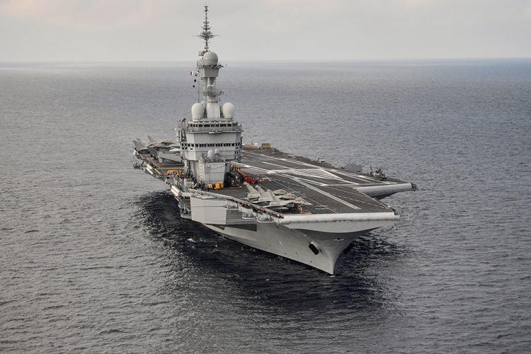 Kapal induk Perancis, Charles de Gaulle, saat berlayar di perairan lepas pantai Toulon, di selatan Perancis.