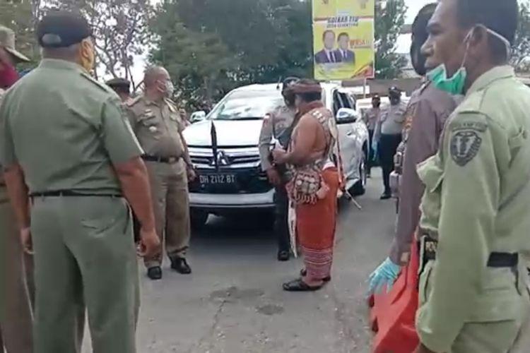 Bupati TTU Raymundus Sau Fernandes (mengenakan busana adat TTU), saat memarahi anggota polisi yang berjaga