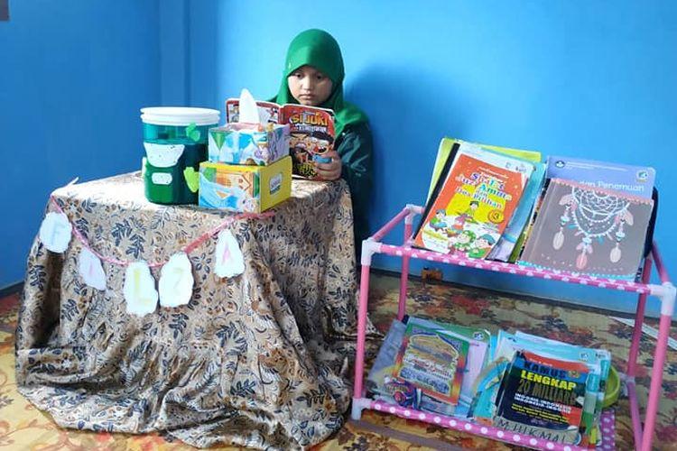 Ibu Sampurna, guru SDN 005 Kuala Tungkal, Jambi berhasil mendorong siswanya membuat pojok baca di rumah masing-masing siswa.