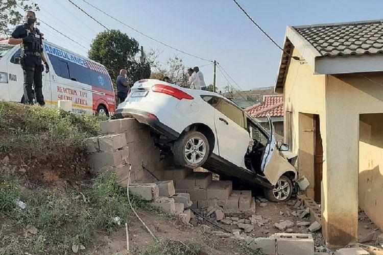 Sebuah mobil Ford Focus berwarna putih menabrak rumah di Verulam, Afrika Selatan. Si sopir mengaku dia banting setir karena melihat ada ayam menyeberang jalan.