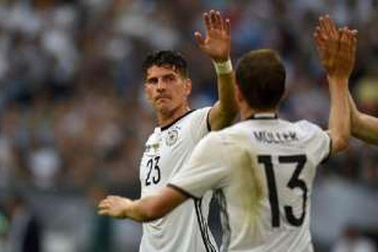 Mario Gomez merayakan gol Jerman ke gawang Hungaria pada laga persahabatan di Gelnsenkirchen, Sabtu (4/6/2016).