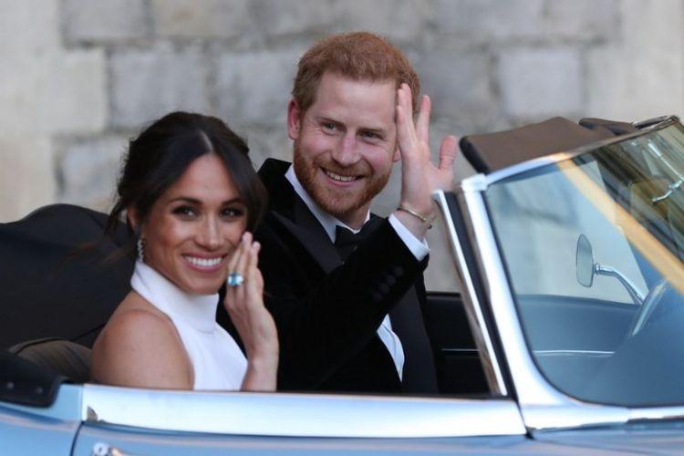 Pangeran Harry dan Meghan Markle meninggalkan Istana Windsor, Sabtu (19/5/2018), untuk menghadiri resepsi malam di Frogmore House. (AFP/Steve Parson)