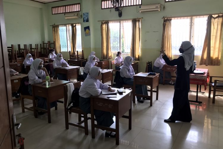 Sejumlah siswa kelas 10 SMKN 32 Tebet, Jakarta menjalani Pembelajaran Tatap Muka (PTM) Terbatas pada Senin (30/8/2021) pagi.
