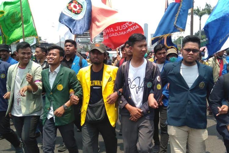 Mahasiswa dari berbagai universitas datangi gedung DPR RI dengan berjalan kaki sambil bergandengan tangan, Selasa (24/9/2019).
