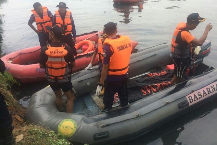 Penemuan mayat Taufan Makadiyansar atau Topan (31), seorang warga Warakas 1, Jakarta Utara yang lompat ke Kali Ancol pada Senin (31/7/2017).
