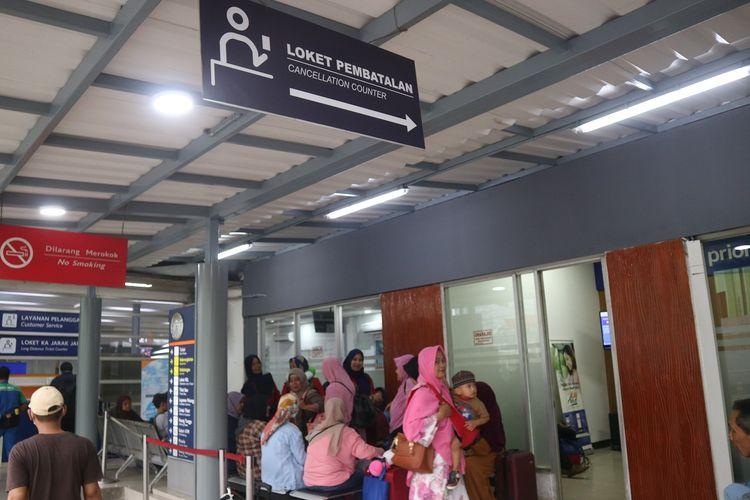 Loket pembatalan tiket kereta api di Stasiun Pasar Senen, Jumat (22/11/2019). Pengguna jasa kereta api bisa mendatangi loket ini bila ingin membatalkan perjalanan kereta api.