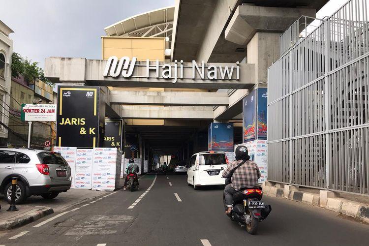Pilar-pilar jalan layang MRT di Stasiun MRT Haji Nawi, Cilandak, Jakarta Selatan terlihat terpasang konstruksi media iklan luar ruang.