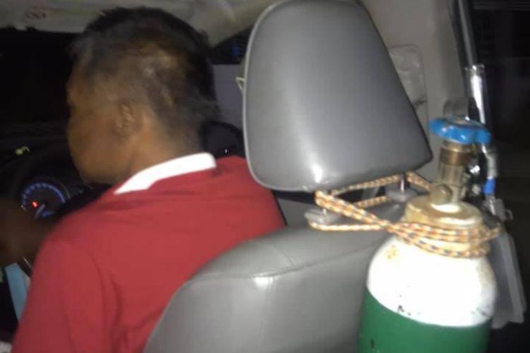 Tabung oksigen di belakang kursi Sumeth Singpun, sopir taksi Thailand yang harus kerja memakai selang oksigen karena sakit komplikasi.