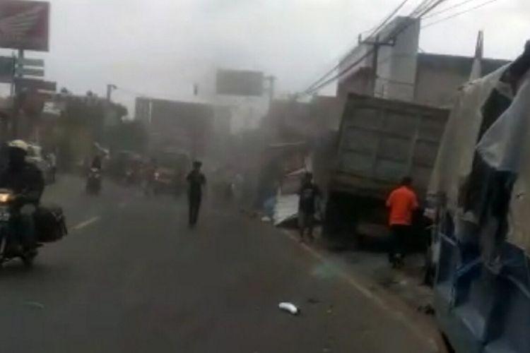 Tabrakan beruntun di Jalan Raya Bandung-Garut, tepatnya di Alun-alun Tanjungsari, Sumedang menewaskan satu orang, Selasa (1/12/2020) sekitar pukul 15.00 WIB. Screenshoot Video AAM AMINULLAH/KOMPAS.com