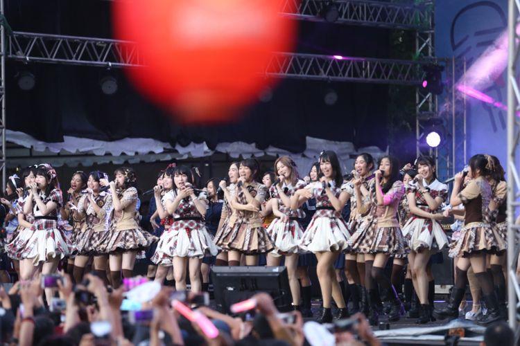 JKT48 dan AKB48 dalam kolaborasi menghibur para penonton pada acara Jak-Japan Matsuri 2018 atau yang ke-10 di Plaza Tenggara Gelora Bung Karno (GBK), Senayan, Jakarta, Minggu (9/9/2018). Acara tahunan iitu merupakan acara peringatan 60 tahun hubungan diplomatik Indonesia dan Jepang. Sejumlah artis Indonesia dan Jepang memeriahkan acara tersebut, antara lain Raisa, JKT48, AKB48, dan Kiroro.