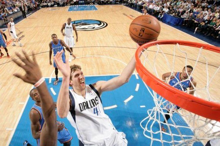 Pebasket Dallas Mavericks Dirk Nowitzki melakukan tembakan saat menghadapi Oklahoma City Thunder di American Airlines Center, Dallas, Texas, Selasa (25/3/2014) malam waktu setempat (Rabu pagi WIB).