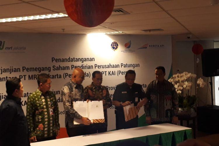 Penandatanganan pembentukan perusahaan patungan antara Kementerian BUMN dan Pemprov DKI Jakarta di Jakarta, Jumat (10/1/2020).