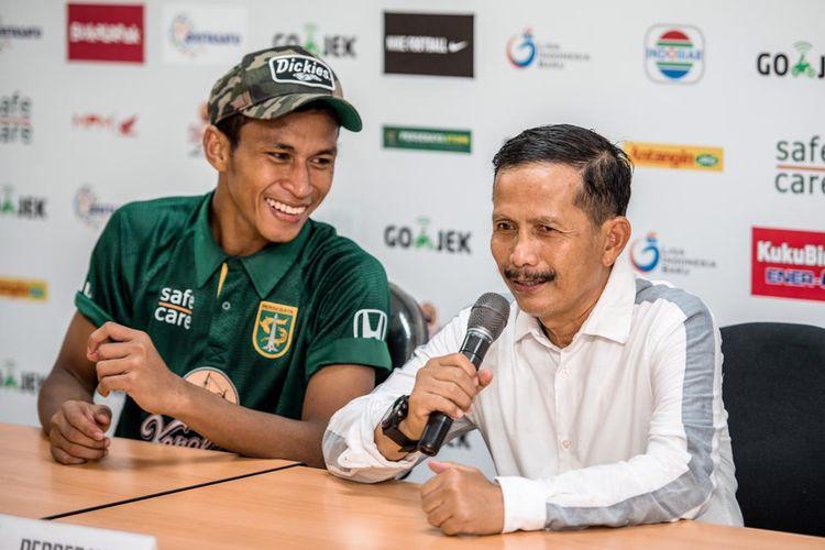 Pelatih Persebaya Surabaya, Djadjang Nurdjaman bersama pemainnya, Osvaldo Haay, dalam sesi jumpa pers di Stadion Gelora Bung Tomo, Surabaya.