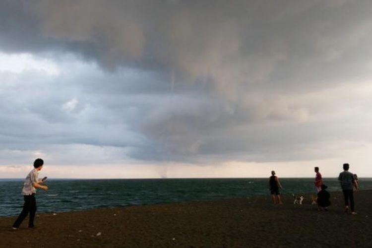 Fenomena waterspout atau belalai air di Selat Bali terlihat jelas di Pantai Boom, Banyuwangi, Jawa Timur, Rabu (17/2/2016).