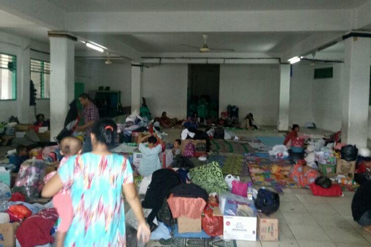 Kondisi pengungsian korban banjir di Madrasah Ibtidaiyah (MI) Al-Jihadiyah Jalan Madrasah, Bintaro, Pesanggrahan, Jakarta Selatan, Sabtu (4/1/2020). Selain makanan, mereka juga membutuhkan handuk dan pakaian dalam.