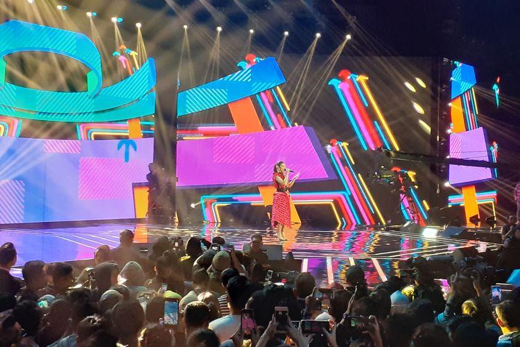 Tiara tampil di babak Spektakuler Show Top 5 Indonesian Idol X, di kawasan Kebon Jeruk, Jakarta Barat, Senin (3/2/2020).