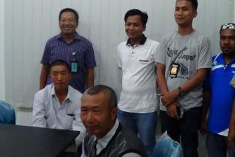 Dua Tenaga Kerja Asing asal China yang siap dideportasi oleh pihak Imigrasi Manokwari, karena tidak memiliki ijin kerja saat melakukan aktivitas di proyek pembangunan Pabrik Semen Maruni, Distrik Manokwari Selatan, Kabupaten Manokwari.
