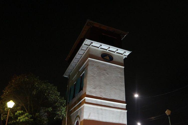 Menara Syahbandar terlihat indah pada malam hari. Menara ini mengalami kemiringan 4 derajat sehingga disebut dengan menara miring, dan juga menara goyang karena setiap truk kontainer yang lewat di depannya akan membuat menara terasa bergoyang.