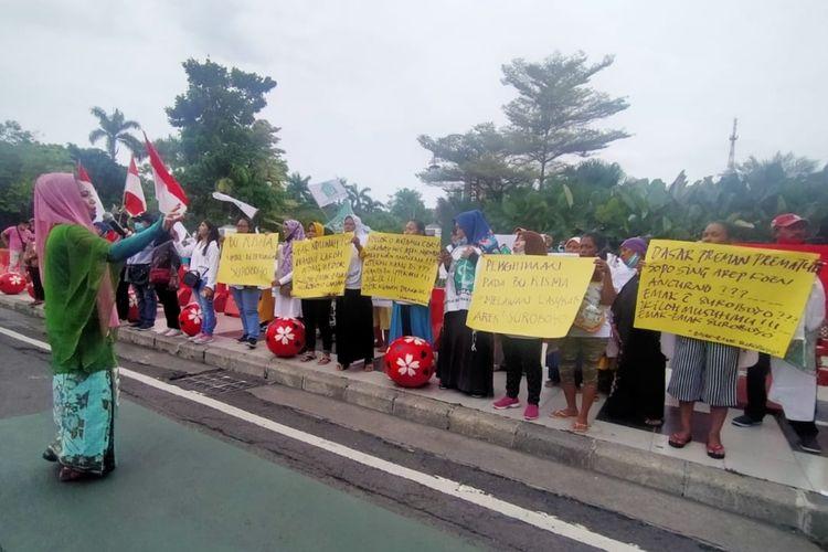 Emak-Emak di Surabaya gelar aksi bela Risma di Surabaya, Jumat (27/11/2020).