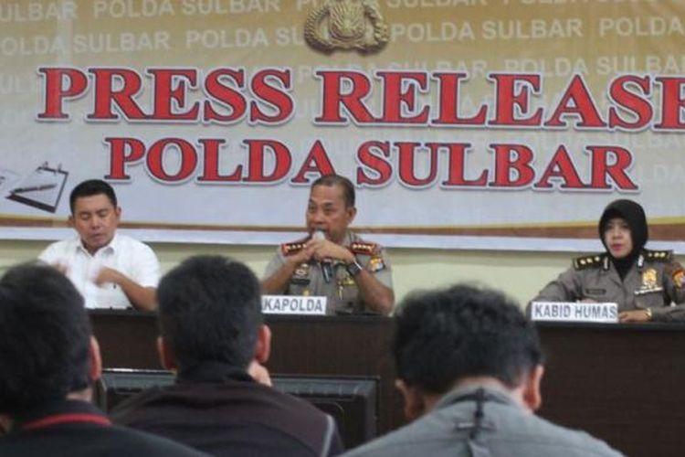 Polda Sulbar tetapkan empat calon tersangka dalam kasus dugaa korupsi pengadaan alat peraa kampanye senilai Rp 9 miliar.