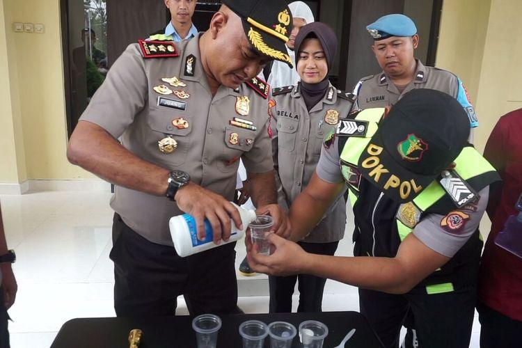 Kapolres Cianjur, AKBP Juang Andi Priyanto bersama jajarannya berinovasi meracik hand sanitizer untuk dibagikan ke masyarakat.
