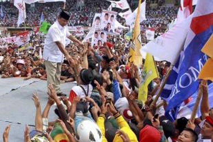 Calon presiden Prabowo Subianto menyapa pendukungnya saat berkampanye di Makassar, Sulawesi Selatan, Selasa (17/6/2014).