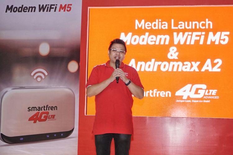 VP Brand and Communications Smartfren Derrick Surya dalam acara peluncuran ponsel Andromax A2 dan MiFi M5 yang sanggup merangkap sebagai powerbank di Jakarta, Rabu (27/9/2017).