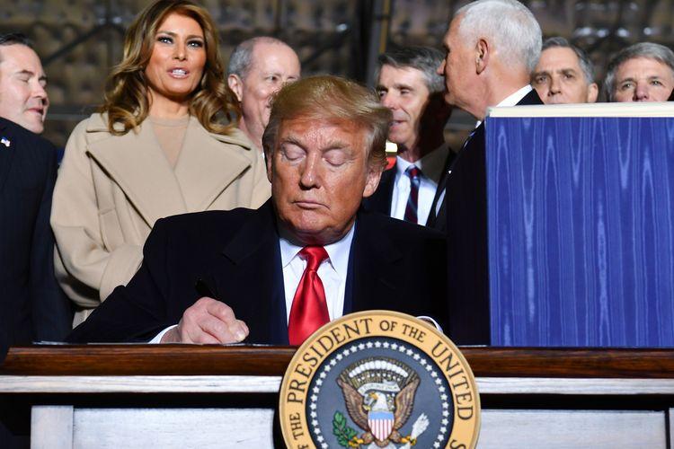 Presiden Amerika Serikat Donald Trump menandatangani UU Otorisasi Pertahanan Nasional 2020 disaksikan Ibu Negara Melania di Pangkalan Gabungan Andrews, Maryland, pada 20 Desember 2019. Dalam UU itu juga tercantum pembentukan Pasukan Luar Angkasa, yang nantinya bakal jadi cabang keenam dalam militer AS.