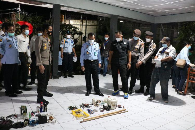Petugas gabungan dari Polres Badung, BNN dan Kanwil Kemenkumham Bali merazia barang-barang bawaan narapidana di Lapas kelas II A Kerobokan, Badung, Bali, Senin (5/4/2021) malam.