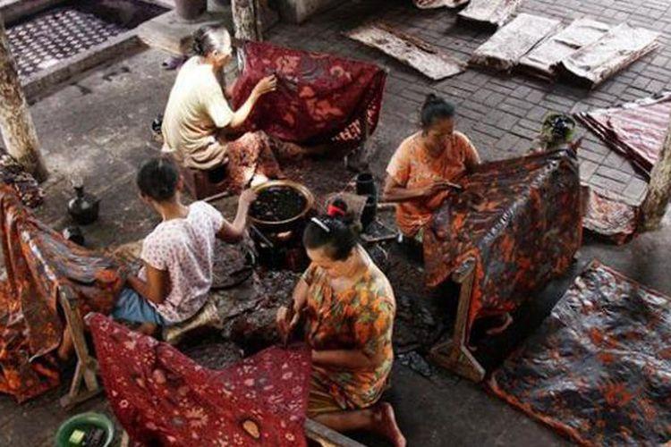 Pegawai Batik Tulis Sigit Witjaksono saat menyelesaikan pembuatan batik lasem.