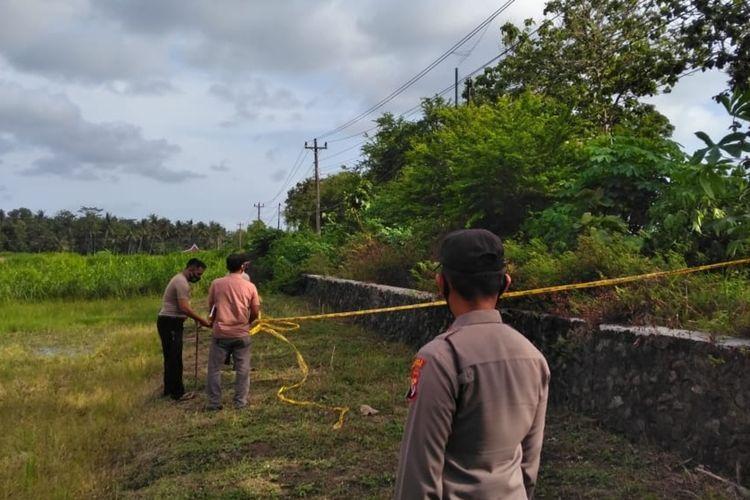 Polisi dan petugas PLN di lokasi empat pekerja jaringan fiber optik mengalami kecelakaan kerja di Pedukuhan (dusun) I, Kalurahan (desa) Gotakan, Kapanewon (kecamatan) Panjatan, Kulon Progo, Daerah Istimewa Yogyakarta.