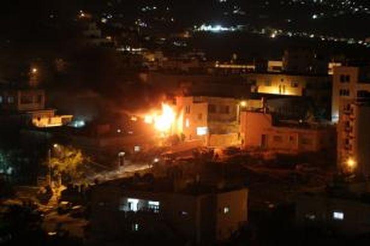 Jilatan api terlihat jelas di kediaman Amer Abu Eisheh, salah seorang tersangka penculik dan pembunuh tiga remaja Israel. Kediaman Abu Eisheh di Hebron ini diledakkan pasukan Israel, namun Abu Eisheh hingga saat ini belum ditemukan.