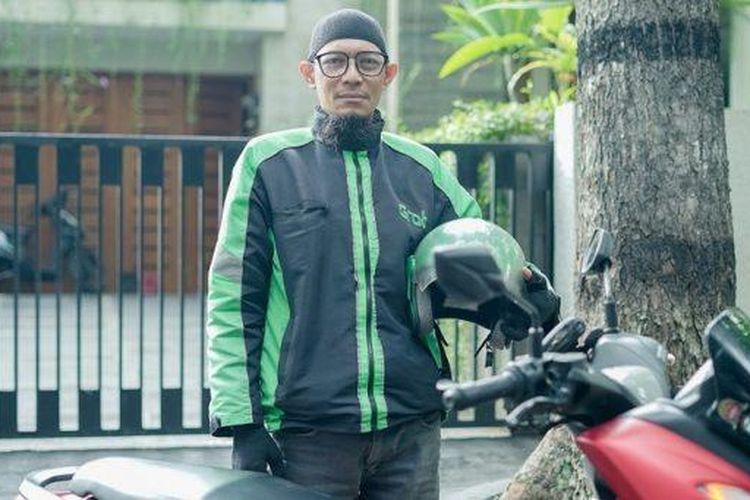 Rahadian Anton (45), salah satu dari sekian banyak mitra GrabBike di Bandung, yang masih terus berjuang memberikan layanan terbaiknya di tengah terpaan pandemi Covid-19.