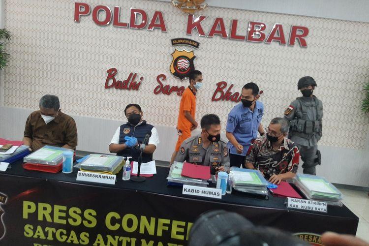 Kepolisian mengungkap perkara dugaan mafia tanah yang melibatkan pegawai oknum kepala desa dan pegawai Badan Pertanahan Nasional (BPN) Kabupaten Kubu Raya, Kalimantan Barat (Kalbar).