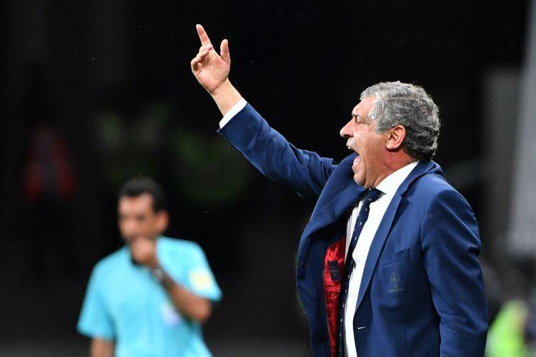 Pelatih timnas Portugal, Fernando Santos, bereaksi ketika melihat timnya tampil dalam pertandingan semifinal Piala Konfederasi melawan Cile di Kazan Arena, Kazan, 28 Juni 2017.