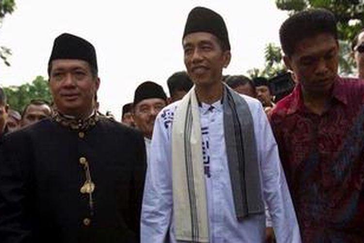 Gubernur DKI Jakarta Joko Widodo ikut berjalan kaki bersama para peserta Kirab Budaya Jakarta 2012 di Jalan Medan Merdeka Selatan, Jakarta Pusat, Minggu (28/10/2012). Kegiatan ini diikuti oleh 10.020 peserta yang terdiri dari 347 grup dari Jakarta dan beberapa daerah lain seperti Surakarta, Pekalongan, Magelang, dan Kalimantan Tengah.