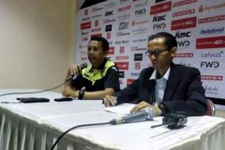 Pelatih Mitra Kukar Jafri Sastra saat memberikan keterangan kepada wartawan usai pertandingan Persib kontra Mitra Kukar di Stadion Si Jalak Harupat, Kabupaten Bandung, Jawa Barat, Sabtu (10/10/2015)
