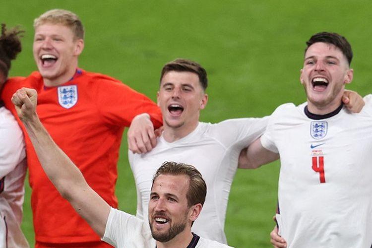 Striker Inggris Harry Kane (tengah) berselebrasi dengan penonton setelah memenangi laga sepak semifinal Euro 2020 antara Inggris vs Denmark di Stadion Wembley di London pada 7 Juli 2021.