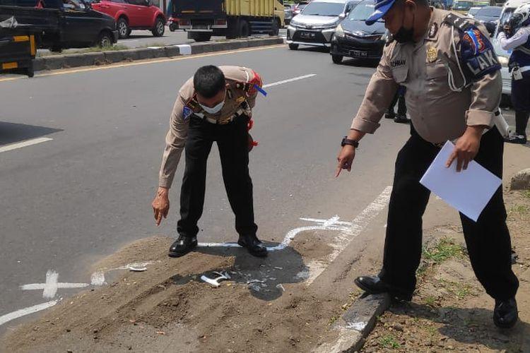 Pihak kepolisian saat melakukan olah tempat kejadian perkara (TKP) di lokasi kecelakaan lalu lintas yang membuat seorang pengemudi motor berinisial S meninggal di Jalan Daan Mogot, Batuceper, Kota Tangerang, Senin (19/4/2021) siang.
