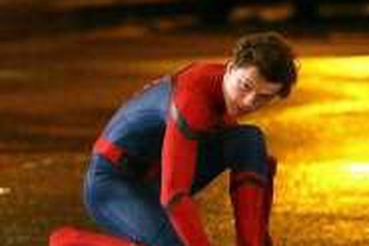 Tom Holland berperan sebagai Peter Parker alias Spider-Man.