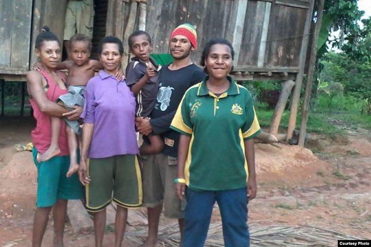 Paskalis (ke-2 dari kanan) bersama keluarganya di Papua (Dok: Paskalis Kaipman)