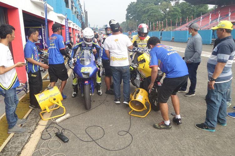 Para pebalap Yamaha TJM Racetech, Rey Ratukore (kiri), Galang Hendra Pratama (kanan), dan Imanuel Pratna (belakang), sedang menjalani sesi kualifikasi balapan pertama kelas Sport 250cc pada seri kedua Indospeed Race Series (IRS) 2017, di Sirkuit Sentul, Kabupaten Bogor, Sabtu (20/5/2017).