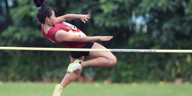 Atlet lompat tinggi putri Jawa Barat, Titik Syaidah, beraksi di final nomor loncat tinggi remaja di ajang Kejuaraan Atletik Remaja dan Yunior di Stadion Madya, Senayan, Jakarta, Kamis (3/4/2013). Titik Syaidah menjuarai nomor ini.